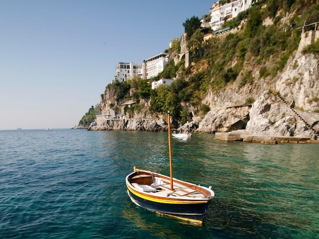 Amalfikusten bjuder på klart hav, dramatiska berg och semesterkänsla.