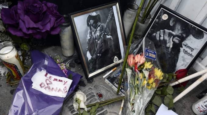 Flera personer placerade ut blommor och tände ljus. Foto: Paul Buck / Epa / Tt