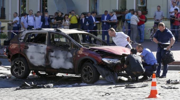 Tekniker på plats efter bilbomben i Kiev som tog journalisten Pavel Sheremets liv. Foto: Sergei Chuzavkov / AP TT NYHETSBYRÅN