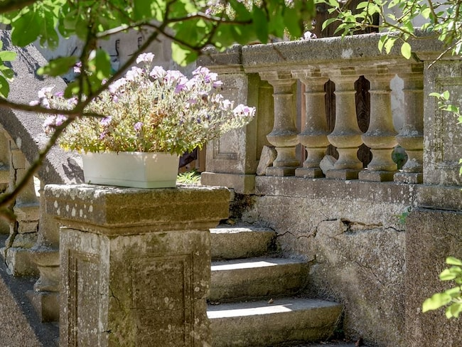Den nötta stentrappen och balustraden för tankarna till en anrik herrgård eller en gammal vingård någonstans i Sydeuropa.