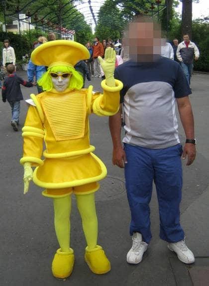 FATTADE MISSTANKAR. Försäkringskassan fattade misstankar i december 2007 när de kom över bilder som visar hur mannen rör sig obehindrat, han går och sitter på huk. På en av bilderna står han upprätt bredvid en clown på nöjesparken Liseberg i Göteborg. Foto: POLISEN