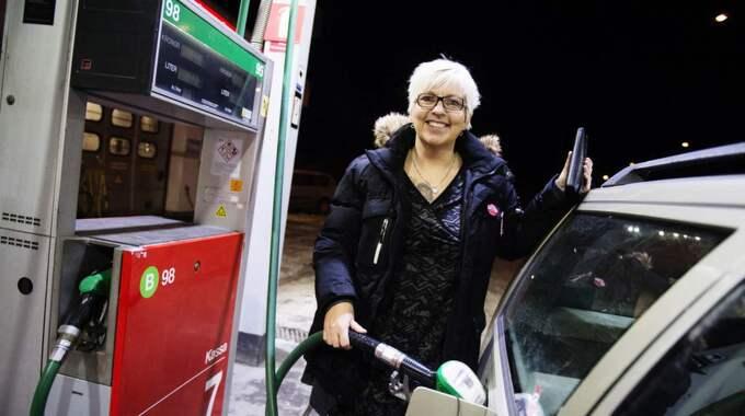 Anette Snahr, 49 år, butikschef, Huddinge: '' Det är skit! Jag tycker inte att det borde vara så dyrt. Det kommer inte påverka mig så mycket förutom att man får betala mer. Vi har ju en gammal amerikanare också. Jag tror inte att folk kommer att köra mindre bil för det. Foto: Anna-Karin Nilsson