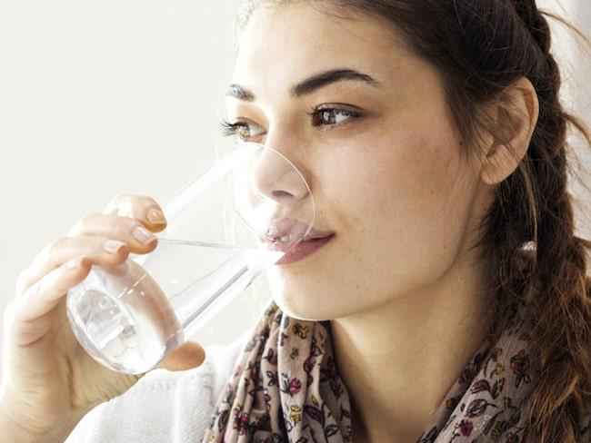 Hur mycket vatten behöver man dricka för att huden ska få lyster?