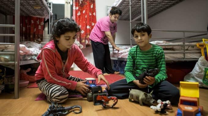 Tidigare i år skrev vi om Samira Ibrahim, 45, och barnen Daria, 12, och Mizgin, 10, på boendet på Stora Ekeberg i Skara, efter att ha flytt när IS tågade in i Kobane. Foto: Henrik Jansson