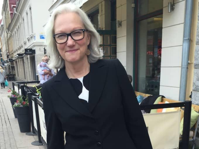 """Fredrika Lagergren, 57, universitetslektor, Göteborg Jag var men och demonstrerade mot Bush. Det var väldigt trevlig stämning, fram tills de här svartklädda bråkmakarna satte i gång. Vi ropade """"Kärlek, kärlek!"""" för att stoppa dem. Foto: Jens Andersson"""