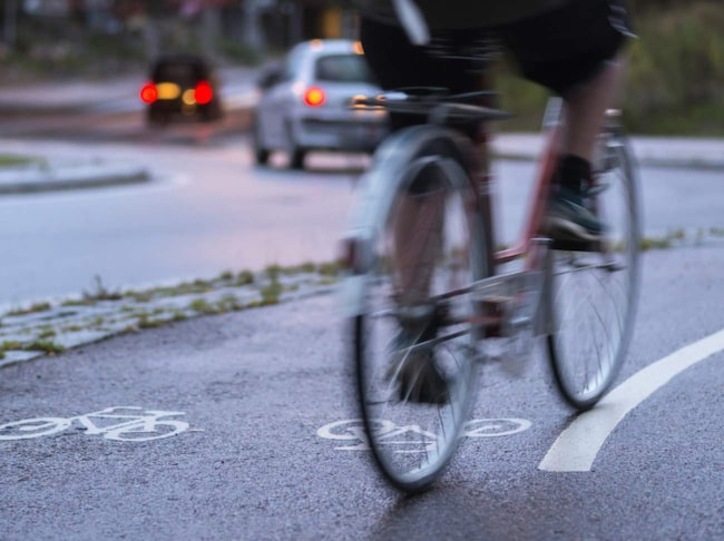 Cykla ska man göra utan hörlurar tycker NTF.