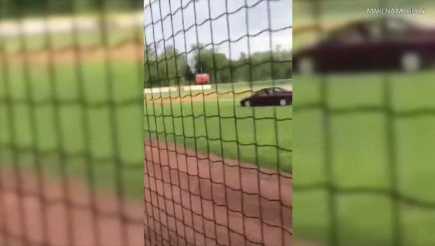 Kvinna kör in på basebollplan - dödar 68-årig man