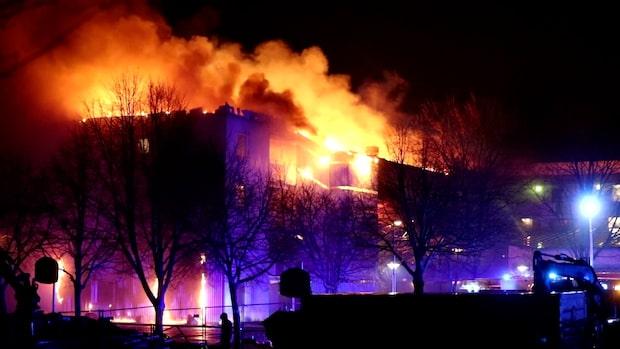 Kraftig brand i flerfamiljshus i Skövde
