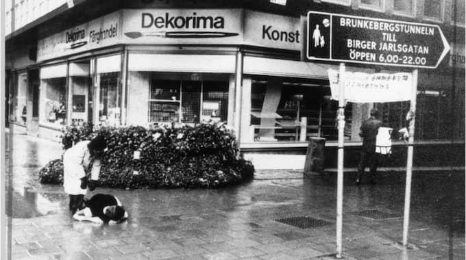 Bild från polisens rekonstruktion av mordet på Olof Palme utanför färgbutiken Dekorima i centala Stockholm.