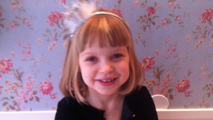 Klara, 6, fick äta äkta prinsesstårta.