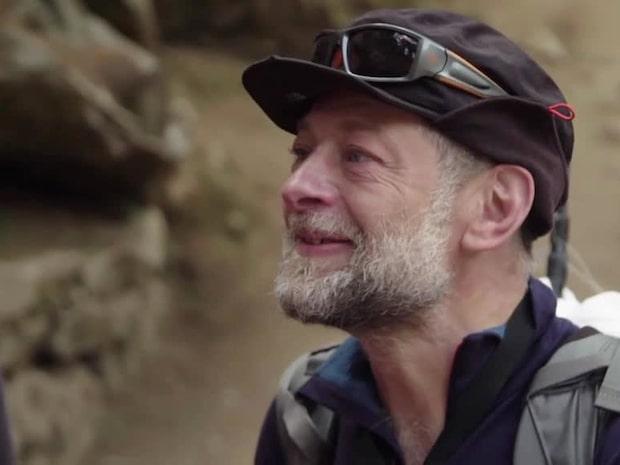 Oväntade mötet mitt i bergen – här överraskas Mikael Persbrandt