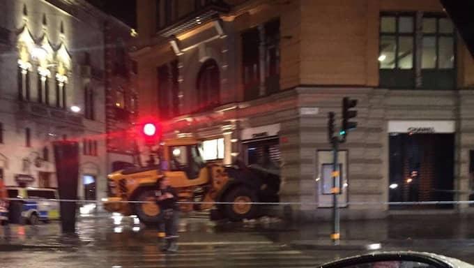 Det var tidigt på tisdagsmorgonen som vittnen ringde in och larmade polisen om det pågående inbrottsförsöket i Chanel-butiken på Östermalm i Stockholm. Foto: LÄSARBILD