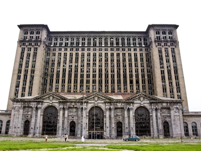 "<span>Michigan Central Station.<br></span><span>FOTO: <a href=""https://www.flickr.com/photos/diametrik/3561182399/in/photolist-6qFZsx-6qFZLk-6qLbFd-6qLbN5-6qFZnM-6qFZWa-4ydsyx-7iQo6E-awEj2D-awGYHG-awGYxy-awGZFY-awH3CL-awGTD3-awE9ZR-awGXBj-awE8Qe-awGWcQ-awEcQx-awH3bm-awGZu7-awGZXf-awGV3f-awGR1S-awH2WA-awGQ7u-awEfmk-awH3RA-awGZ73-awEiop-awEdM2-awGVW1-awGYnC-awEiDZ-awGUL9-awGRcN-awH46q-awGSSu-awGPQQ-awEaFc-awH1f5-awGVhu-awGTTL-awGQo1-awGZjf-awEhFz-awE6Kv-awEi9K-awGQDG-awEarz"">Lian Chang/Flickr</a></span>"