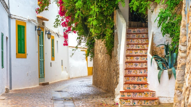 Massor av restauranger, mysiga medeltidsgränder och härliga marknader hittar du i Ibiza stad.