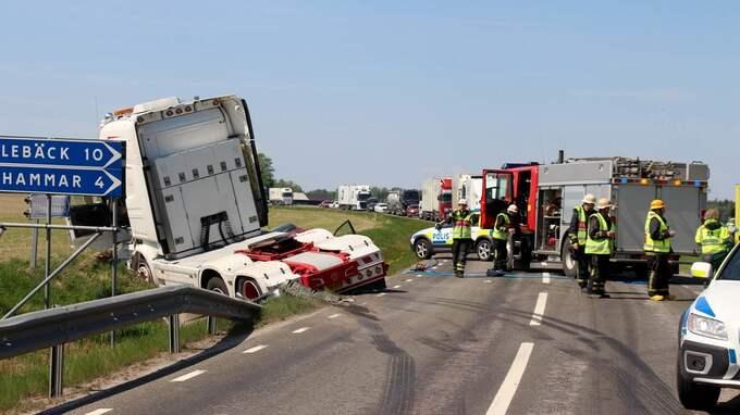 Det är långa köer vid olycksplatsen. Foto: OWE E HERMANSSON, MARIESTADS-TIDNINGEN