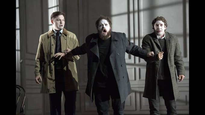 Marcellus (James Newby), Hamlet (Allan Clayton), och Horatio (Jacques Imbrailo). Foto: RICHARD HUBERT SMITH