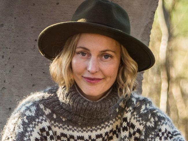 """Malin Persson är aktuell med en ny säsong av tv-programmet """"Trädgårdstider"""" i SVT. """"I avsnitt två gör jag bänar av gamla vattenrör"""", säger hon."""