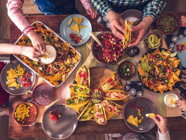 Middagen handlades från fem olika inköpsställen, och förpackningarna vägdes. Nästan all mat var inplastad på olika sätt.
