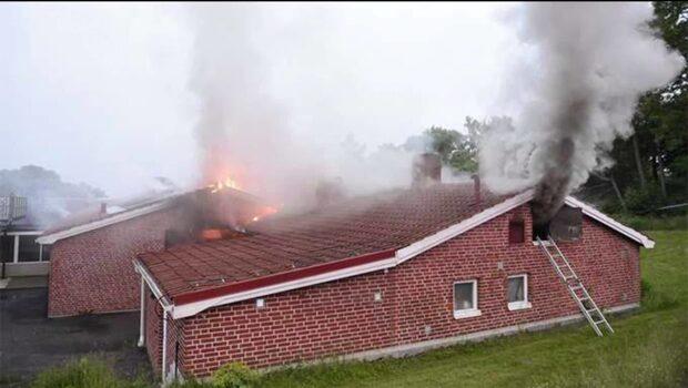Fullt utvecklad brand i flyktingförläggning
