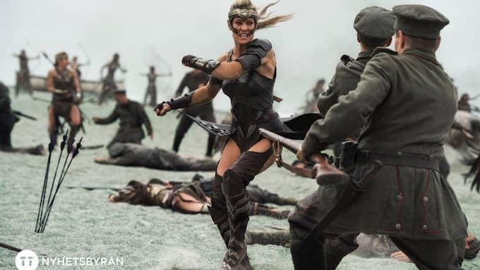 """Amazoner mot Första världskrigets soldater. """"Kvinnor kan"""" på amerikanska. Foto: ALEX BAILEY / AP TT NYHETSBYRÅN"""
