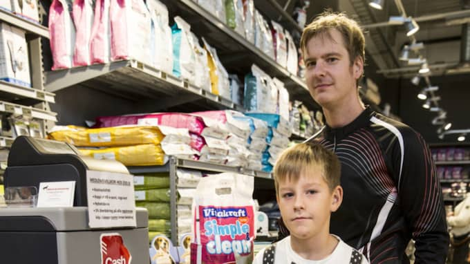 """Marcus Pettersson, 35, lagerarbetare, Bromsten, Nathanel Pettersson Norling, 8: """"Jag hoppas på att det blir bättre för min del, och att de har tänkt till med budgeten."""" Foto: Linn Hedesström Blad"""