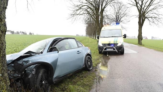 Bilen kraschade in i ett träd. Foto: Anders Grönlund/Strixphoto