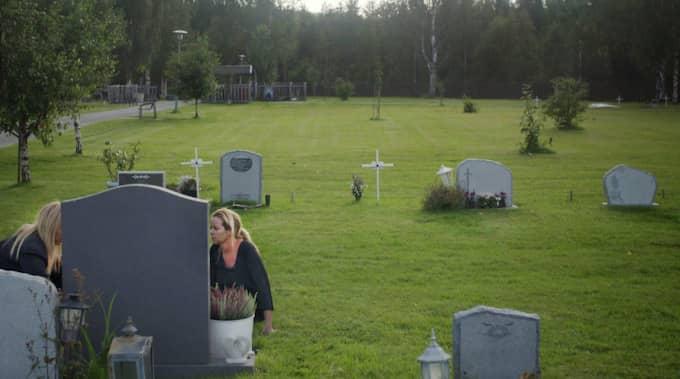 Linda besöker sonens gravplats. Ibland har hon med sig ny musik som hon spelar för William. Foto: SVT