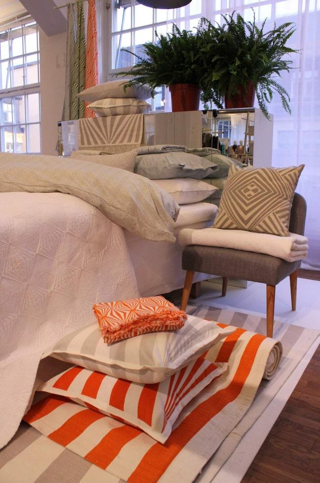 Prins Carl Philip forsätter samarbeta med Åhléns och har tagit fram tre nya mönster till vårens kollektion. I kollektionen från Design by Bernadotte & Kylberg ser vi bland annat bäddtextilier, prydnadskuddar och mattor. Det är grått, grafiskt och orange!