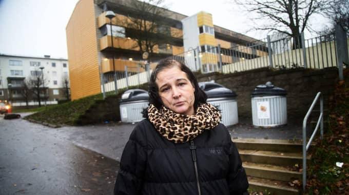 Malin Bäckström bor i Vcitoria Parks fastigheter i Lövgärdet i Angered. Hon jobbar även som husvärd i områrdet – för motsvarande 7,50 kronor per arbetad timme. Foto: Anders Ylander