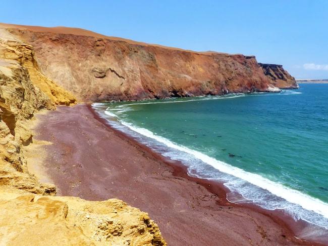 Playa Roja, en av de få stränderna i världen med röd sand.
