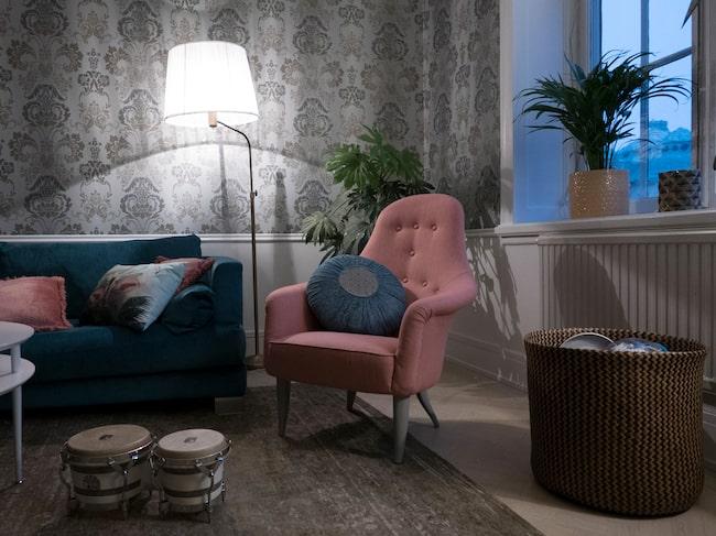 Vardagsrummet sammanfattar Lina Hedlunds personliga och lite bohemiska stil. Här finns allt hon gillar: Tapet, foton på väggarna och en mix av gammalt och nytt, färgstarkt och harmoniskt.