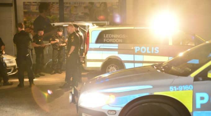 Över tio polisbilar ska ha skickats till platsen. Foto: Robin Aron