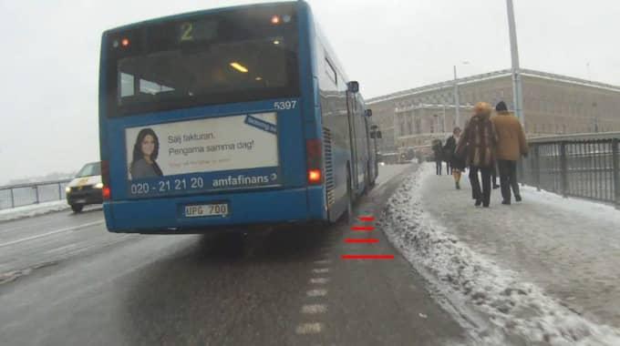 Trots att bilismen i Stockholm minskar och cyklandet ökar fortsätter Stockholms politiker att med skygglappar ösa miljarder över nya motorvägar, istället för att satsa på bättre cykelbanor, skriver Lars Strömgren. Foto: Christian Gillinger