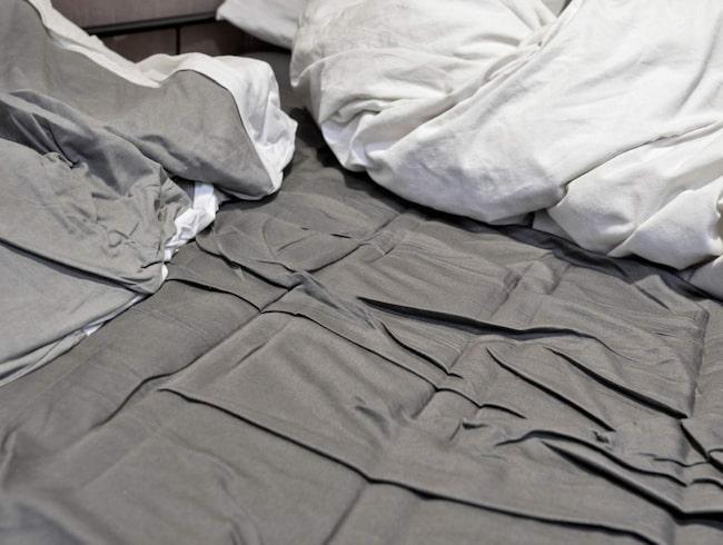 <span>I stället för att bädda ska du dra upp täcket så mycket du kan när du kliver upp, allt så att sängen exponeras för både luft och ljus.</span>