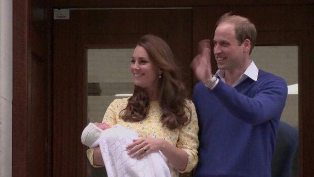 Här visar paret upp nyfödda prinsessan