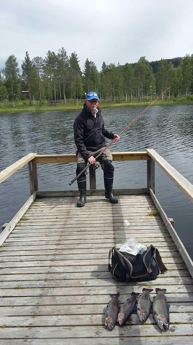 Kjell gillar att fiska och spenderar gärna sina pensionsdagar med ett fiskespö i handen. Foto: Privat