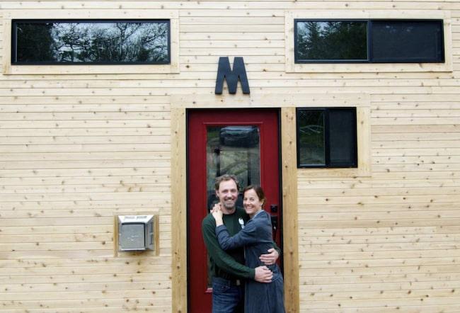Andrew och Gabriella Morrisson sålde allt de ägde och började bygga det här huset, som de stortrivs i.