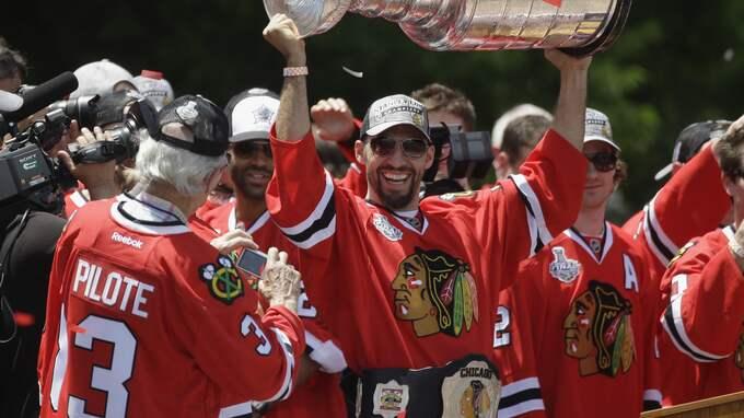 Pierre Pilote (till vänster) deltog vid Blackhawks Stanley Cup-firande 2013 Foto: M. SPENCER GREEN / AP