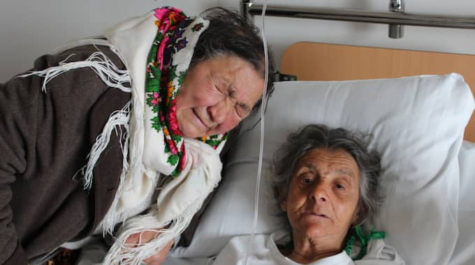 Papusas syster Luncuta Caldararu gråter vid sjuksängen på St Görans. Foto: Emil Arvidson