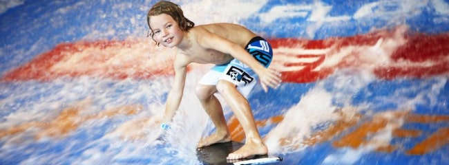 """I äventyrsbadet Experium i Sälen finns Sveriges första """"flowrider"""" där man kan testa att surfa inomhus."""