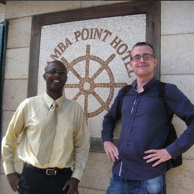 Här är Henrik i Liberia och har precis bockat av det sista landet på sin jorden runt-lista.
