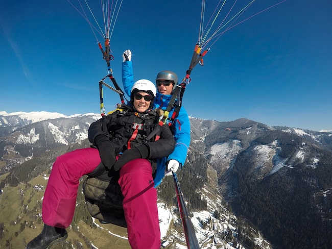 Vid berget Schmittenhöhe kan du testa skärmflygning.