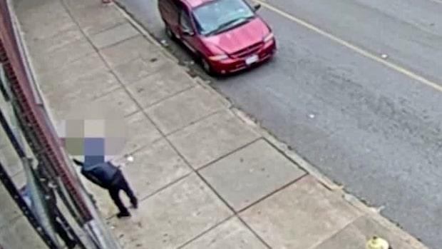 Här stjäl han telefonen från döende kvinnan på trottoaren